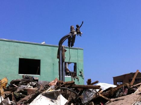 [Photo] Dans les décombres à Onagawa, une statue d'un garçon la main levée vers les cieux. | Twitpic | Japon : séisme, tsunami & conséquences | Scoop.it