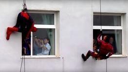 Policias de Albania sorprenden a chicos hospitalizados vestidos de superhéroes. | Policies 2.0 | Scoop.it