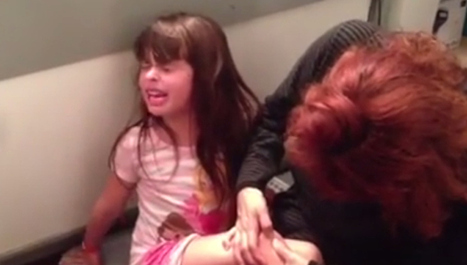 """Little Girl Sings Hilariously Dramatic """"Frozen"""" Song While Getting A Splinter Removed 