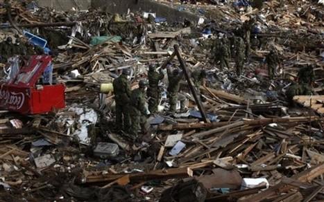 [Photo] AP Photo - Secours japonais dans les dommages à Shizugawa | Daylife | Japon : séisme, tsunami & conséquences | Scoop.it