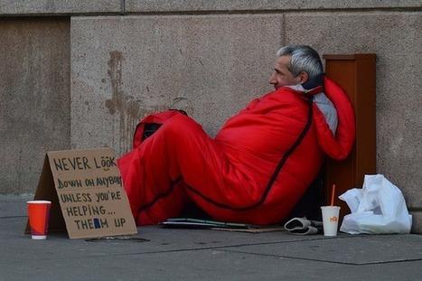 Un homme debout - Se soigner quand on est à la rue? | blog SantéADom | Médias et Santé | Scoop.it