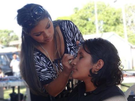 Vanessa Awe doing makeup at the Women in Art Fair | Jeniffer Carmo | Scoop.it