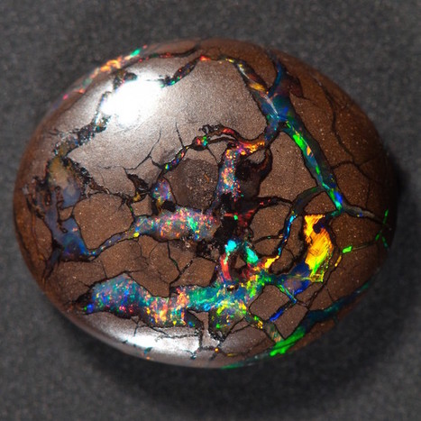 Brilliant Gemstone Resembles a Prismatic Universe Bursting Out of Wood | Le It e Amo ✪ | Scoop.it