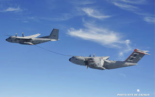 L'A400M d'Airbus Military simule un ravitaillement avec un Transall | FlightControl | Scoop.it