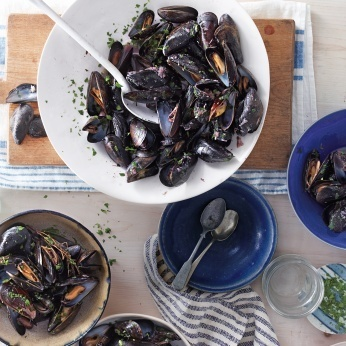 Mussels with Red Wine and Roasted Garlic - Whole Living Eat Well | À Catanada na Cozinha Magazine | Scoop.it