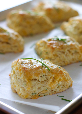 Cheddar and Chive Savory Scones | The Man With The Golden Tongs Hands Are In The Oven | Scoop.it