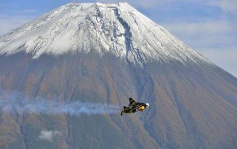 EN IMAGES. «Jetman» fait le tour du Mont Fuji au Japon - Le Parisien | japon | Scoop.it