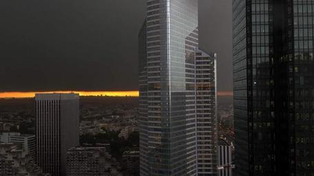 Photo surréaliste de l'orage de ce matin à Paris vu de la Défense. | The Architecture of the City | Scoop.it