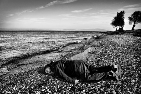 Chinese artist Ai Weiwei poses as a drowned Syrian refugee toddler | Art contemporain, photo & multimédias | Scoop.it
