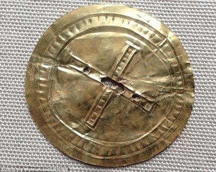 Les Découvertes Archéologiques: Un disque solaire en or du temps de Stonehenge révélé au public | Merveilles - Marvels | Scoop.it