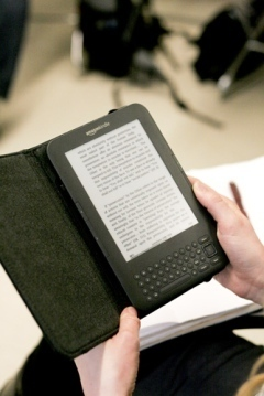 E-books 'kindle' debate over paper vs plastic - Seattle University Spectator | IESA2B | Scoop.it