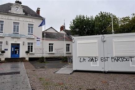 Inquiétantes inscriptions sur la mairie de Couëron, au nord de Nantes - Nantes.maville.com | ACIPA | Scoop.it