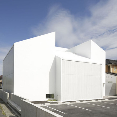 Bright white clinic by Ryutaro Matsuuro with CONCEALED windows | The Architecture of the City | Scoop.it