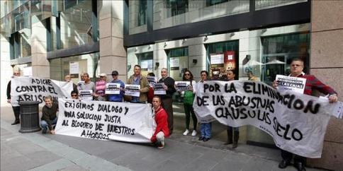 Afectados por preferentes de Bankia se encierran en dos sucursales de Gran Vía | Madrid ActualLa alcaldesa de Alzira sobre los bancos: 'Seremos inflexibles como ellos lo son con la gente' | Jaime Navarro Abogado contra Bancos