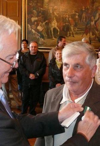 Nouvelle République : Le maire épingle 78 agents de la Ville - distinction | ChâtelleraultActu | Scoop.it