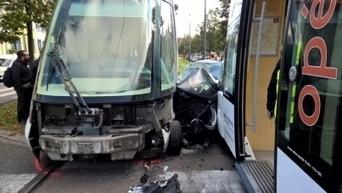 Une voiture prise en sandwich entre deux trams : le conducteur blessé | L'actu des tramways | Scoop.it