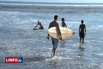 Les surfeurs bravent l'interdiction - risque requin à La Réunion ...   surfinfo   Scoop.it