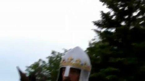il parcourt le pays en tenue de chevalier | Mais n'importe quoi ! | Scoop.it