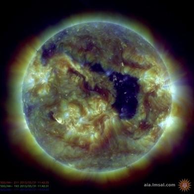 Un gigantesque trou sur le Soleil pourrait perturber GPS et téléphones - France Info | Astronomie | Scoop.it