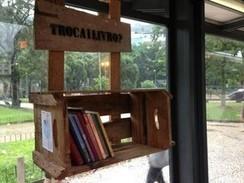 Jovens improvisam 'bibliotecas' em pontos de ônibus no Rio | Livro livre | Scoop.it