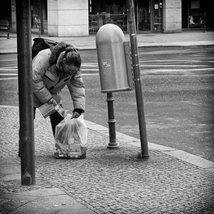 La chasse aux bouteilles vides : une économie informelle à l'allemande | Autres Vérités | Scoop.it