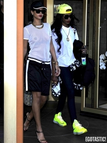 Photos : Rihanna exhibe ses seins sexy en suède ! | célébrité nu | Scoop.it