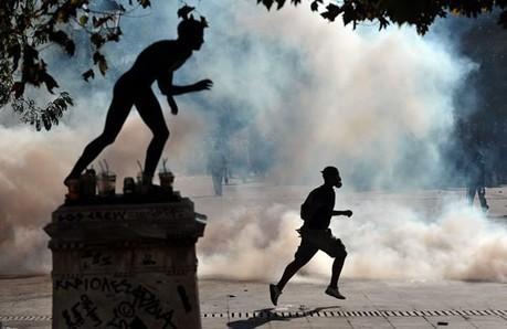 #007 ❘ Manifestant fuyant les gaz lacrymogène ❘ ARIS MESSINIS ❘ Athènes, 20 octobre 2011. | # HISTOIRE DES ARTS - UN JOUR, UNE OEUVRE - 2013 | Scoop.it