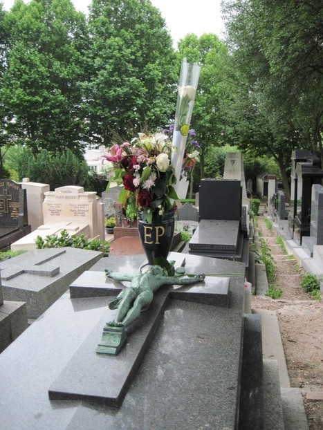 Tombstone Treasure Hunt — The Yale Globalist | pere lachaise cemetery Visits Audio & books | Scoop.it