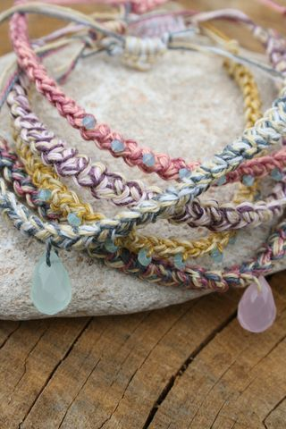Friendship bracelet 'how to'.... - OneChurchillsGreen | Needle and Hook Patterns-all free | Scoop.it