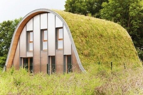 Patrick Nadeau's Green-Roofed Wave Home Changes Appearance with the Seasons in France | Toitures végétales & Biodiversité urbaine | Scoop.it