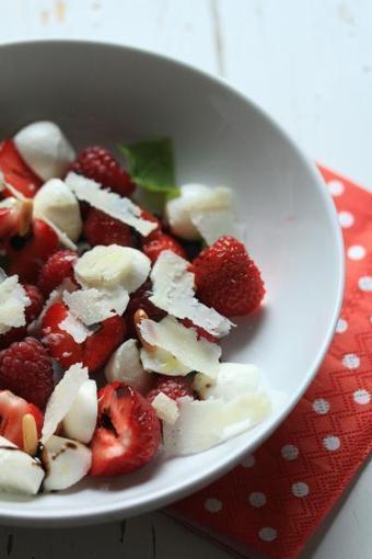 Salade de fraises, framboises, mozzarella et parmesan | The Voice of Cheese | Scoop.it