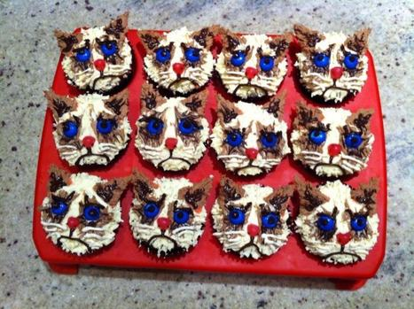I made Grumpy Cat cupcakes for a friend's birthday. - Imgur | CupCake Blog | Scoop.it