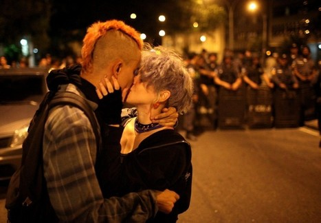 Brasile, scontri in piazza: il bacio diventa un simbolo - Repubblica.it | Pensiero Libero | Scoop.it