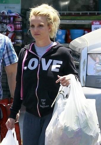 Britney Spears de compras libre de maquillaje acompañada por un guardaespaldas | estiti | Scoop.it