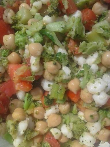 Vegan Broccoli, Chickpea, Hominy and Fresh Tomato Salad | The Blooming Platter of Vegan Recipes | My Vegan recipes | Scoop.it