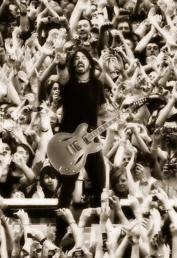 PHOTO: Dave Grohl in concert | SongsSmiths | Scoop.it
