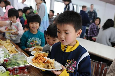 [Photo] Enfants se restaurant dans un centre d'hébergement - Shininohe | Flickr - Photo Sharing! | Japon : séisme, tsunami & conséquences | Scoop.it