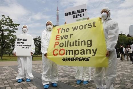 [photo] Des activistes de Greenpeace à la réunion des actionnaires de TEPCO | Daylife-Reuters | Japon : séisme, tsunami & conséquences | Scoop.it