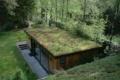 A 29 ans il se construit une maison autosuffisante en for Maison en container belgique