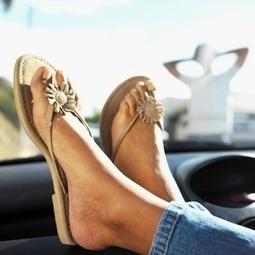 Las chanclas, en la playa. Ropa adecuada para conducir en verano | Seguridad Vial | Scoop.it