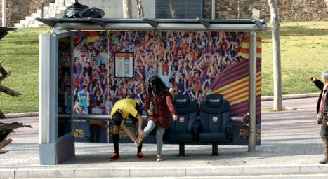 Le FC Barcelone installe son banc des remplaçants dans un arrêt de bus | streetmarketing | Scoop.it