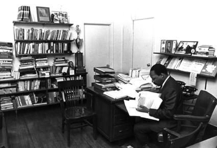 Photo : les bureaux et espaces de travail de personnalités   ON EST BEAUX - ON EST BOBOS   Scoop.it