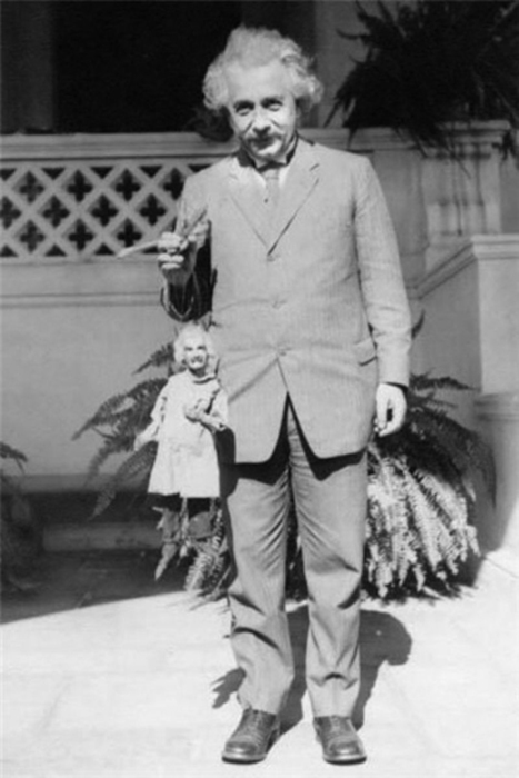 Albert Einstein Holding an Albert Einstein Puppet (Circa 1931) | The Blog's Revue by OlivierSC | Scoop.it