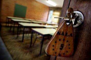 Pais agridem professora dentro de sala de aulas em Sesimbra - Educação - PUBLICO.PT   Arquivo de notícias da educação   Scoop.it