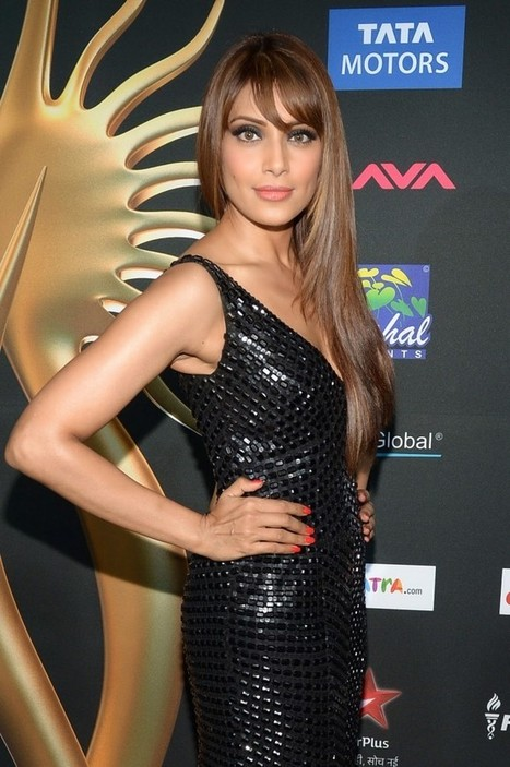 Bipasha Basu Picture in a Black Shining Long Trail dress at IIFA 2014, Actress, Bollywood, Western Dresses | Fashion for women | Scoop.it