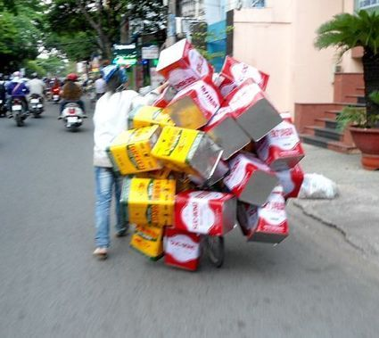 Ou va ce Vietnamien avec toutes ces boites fixées à son vélo? | Vivre au Vietnam | Scoop.it