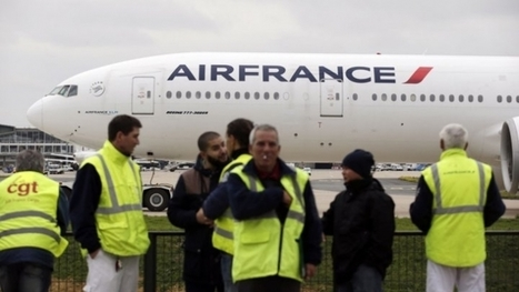 Air France workers protest in front of the company's headquarters at Roissy Charles de Gaulle airport | glObserver Global Economics | glObserver Europe | Scoop.it