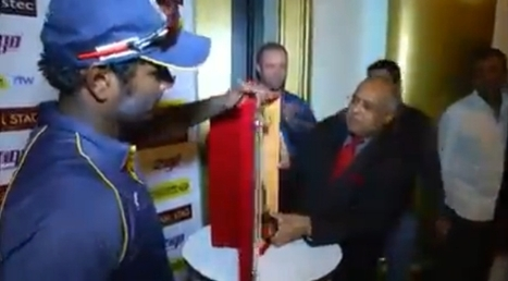 Video: Angelo Mathews and AB De Villiers unveil the ODI series trophy | Sri Lanka | Cricket | 99 Security Services | Scoop.it