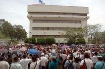 Maestros protestan frente Hacienda - El Nuevo Diario - Managua ... | influencia del bajo salario de los maestros en la calidad de la educacion | Scoop.it