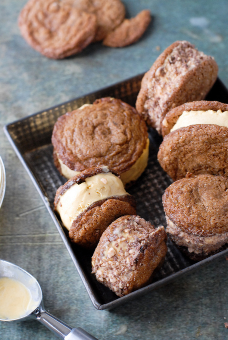 #RECIPE - Chewy Ginger Snap Pumpkin-Salted Caramel Ice Cream Sandwiches with Heath Bar Bits | The Man With The Golden Tongs Hands Are In The Oven | Scoop.it